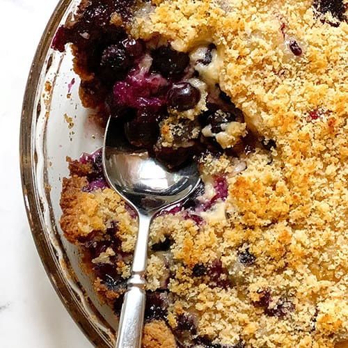 a blueberry crumble pie recipe in a glass pie plate